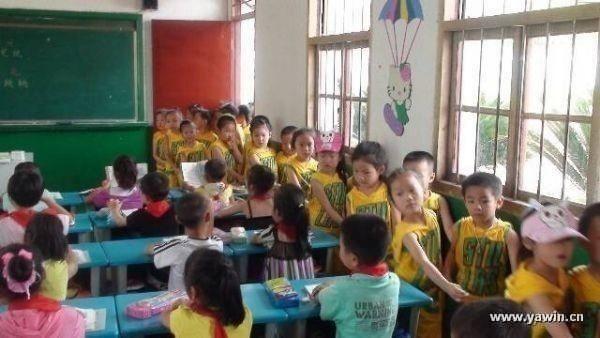 6月20日,小陶镇宁龙幼儿园组织全体大班幼儿实地参观小陶中心小学。孩子们近距离地感受小学生的学习生活。   大班孩子们带着好奇和期盼,在老师的带领下,兴致勃勃地来到小陶中心小学。孩子们参观了操场、教学楼、综合楼等校园环境,在操场看哥哥姐姐做课间操,走进课堂与一年级的哥哥、姐姐一起上课。孩子们神情认真、专注,听从老师的的指令,遵守规则,积极举手回答问题,俨然一个小学生!孩子们良好的表现得到了小学老师的肯定和表扬。经过这次参观小学的活动,孩子们增强了集体荣誉感、自律意识与自信心,对小学生活充满了无限的期
