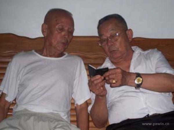 两位八十岁老人为观看